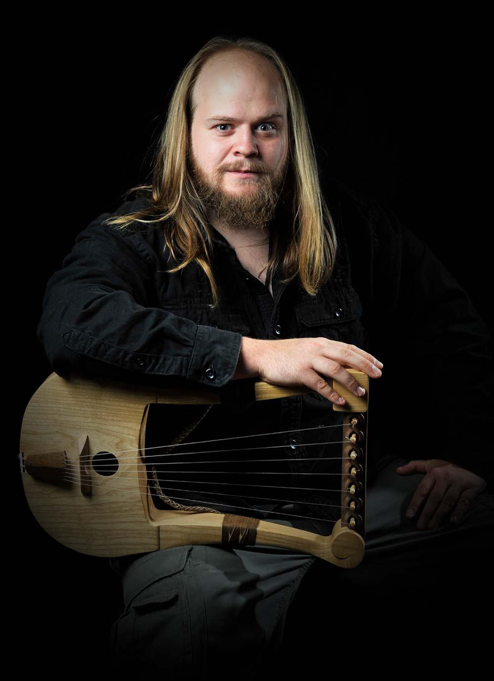 Portrait de Julian Cuvilliez, alias Ar Bard, avec sa lyre